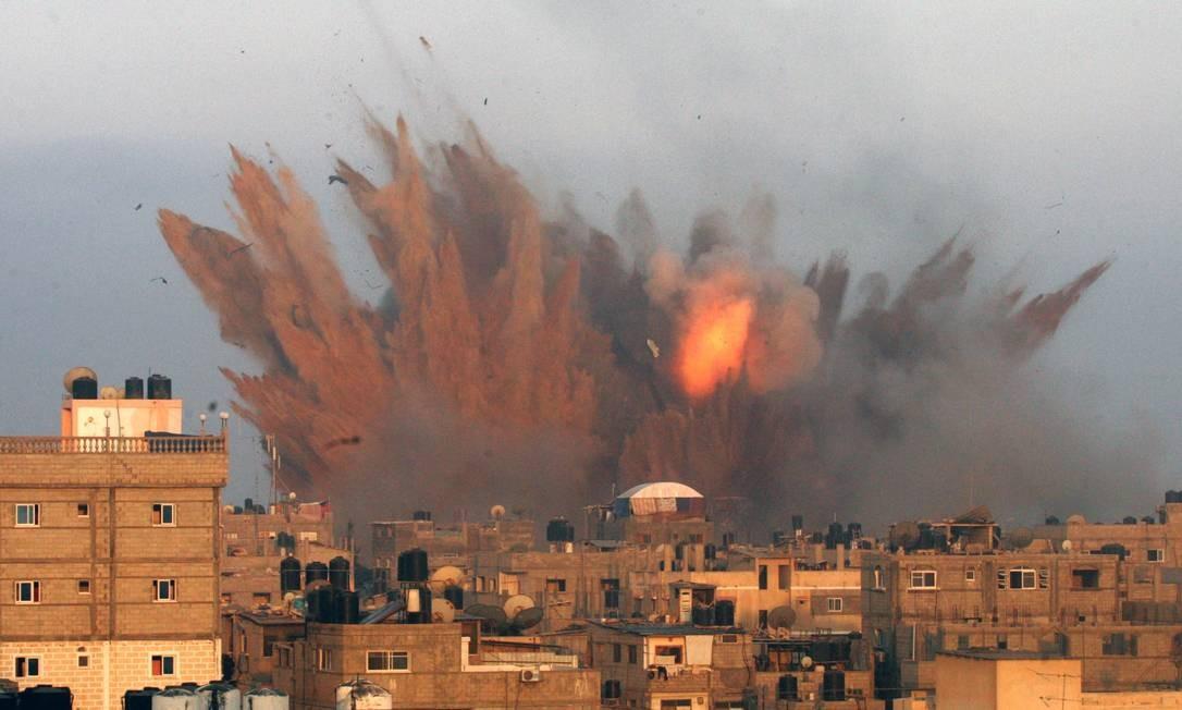 Uma bola de fogo é vista após um ataque israelense em Rafah, no sul da Faixa de Gaza Foto: SAID KHATIB / AFP