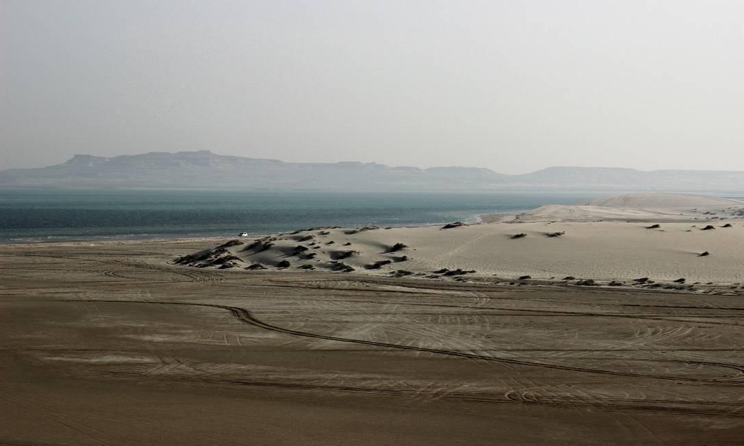 Os passeios pelo deserto de Qatar, a uma hora de Doha, são feitos em carros 4x4 com ar condicionado Foto: Carla Lencastre / O Globo