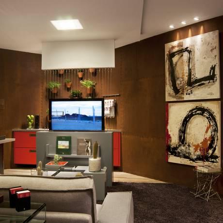 Projeto das arquitetas Rosane Servino e Juliene Assed na mostrar Morar Mais do ano passado mostra aparador que tem embutido um elevador para a TV Foto: Divulgação