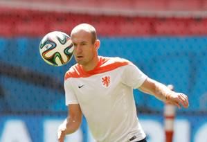 O atacante holandês Robben domina a bola no treino no Mané Garrincha Foto: Eraldo Peres / AP