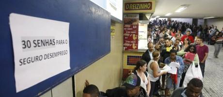 Atendimento precário em agência que recebe pedidos do seguro-desemprego Foto: Eduardo Naddar / O Globo