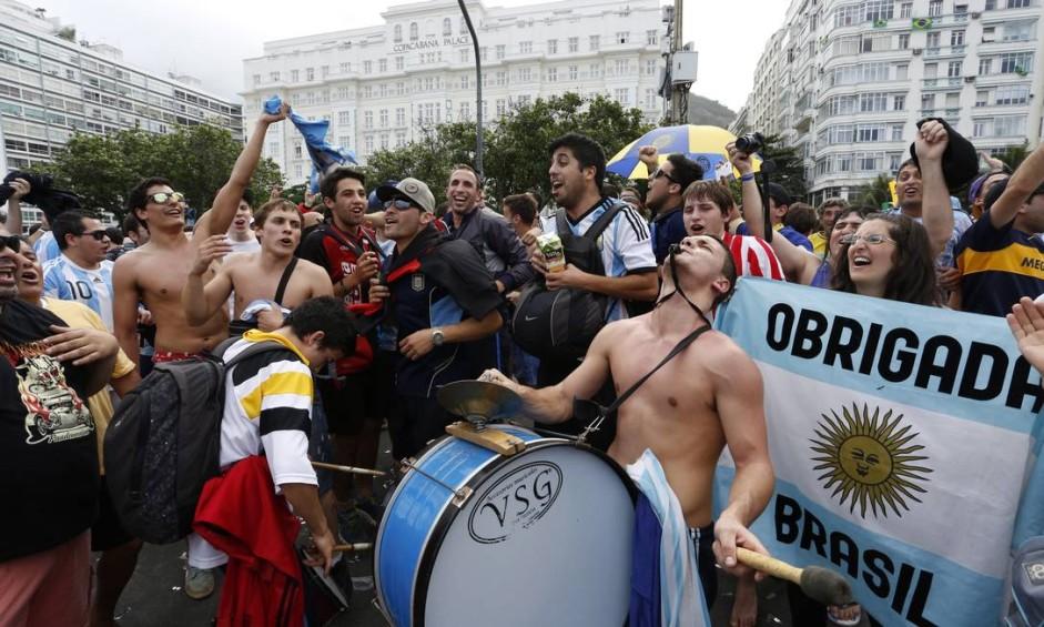 Grupo de 'hermanos' cantando e batucando em frente ao Copacabana Palace Foto: Daniela Hallack Dacorso / Agência O Globo