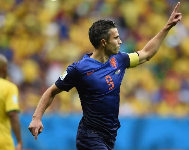 Com Maicon ao fundo, Van Persie comemora o gol que abriu o placar para a Holanda logo aos dois minutos Foto: VANDERLEI ALMEIDA / AFP