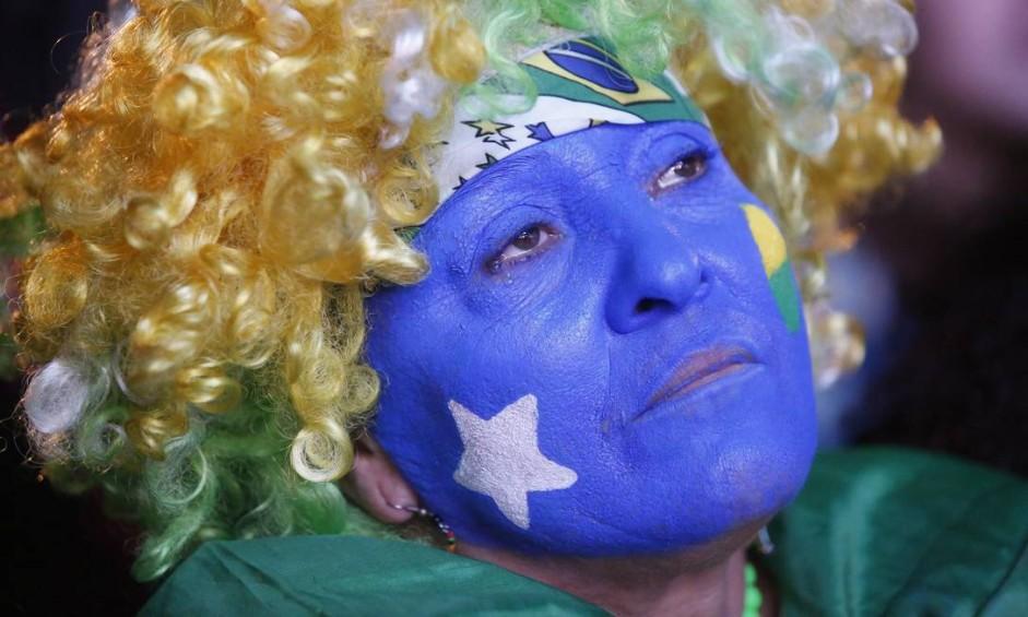 Olhar perdido, torcedora parece inconsolável com mais um vexame Foto: Pablo Jacob / Agência O Globo