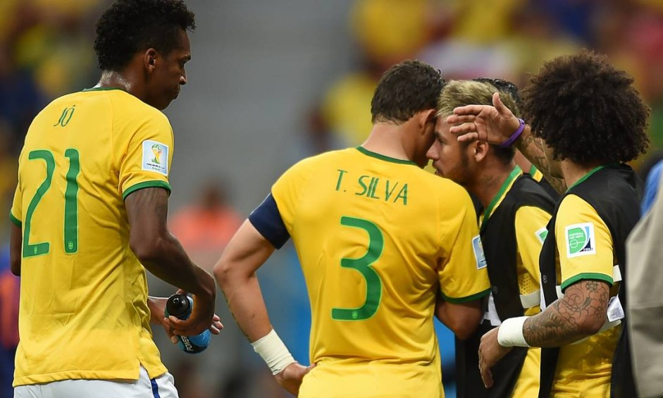 Neymar e Marcelo foram os que mais procuraram auxiliar os jogadores dentro de campo Foto: VANDERLEI ALMEIDA / AFP