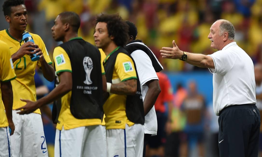 Ainda durante a interrupção no primeiro tempo, Fernadinho tenta conversar com os companheiros. Marcelo foi outro que insistia em corrigir os erros da equipe. VANDERLEI ALMEIDA / AFP