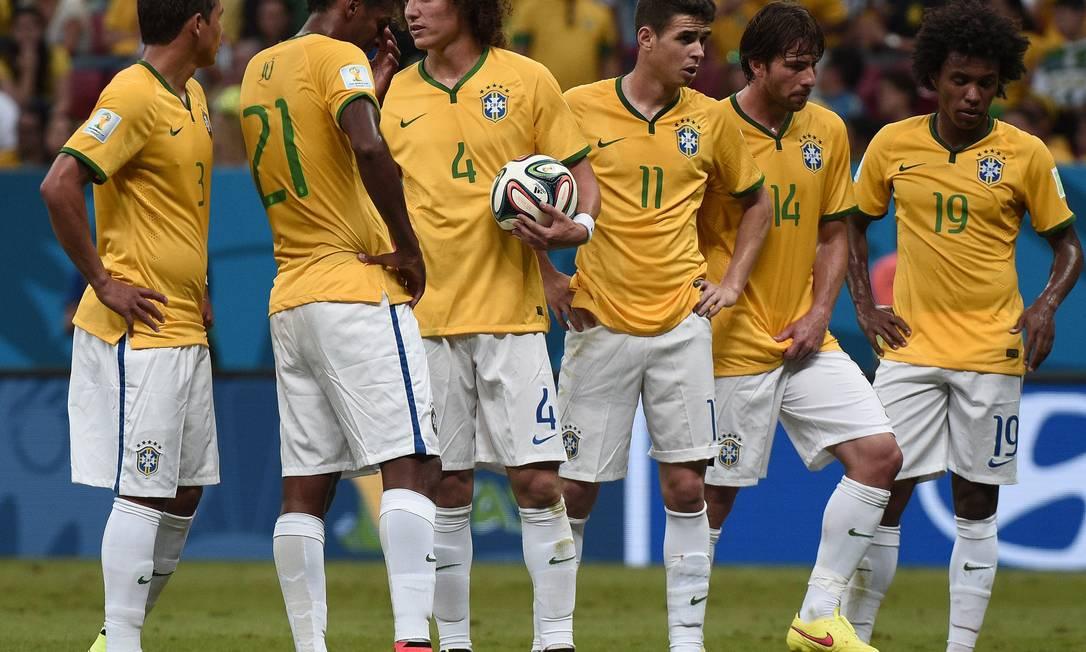 Em alguns momentos do primeiro, os jogadores procuravam se reunir para discutir suas funções em campo. Brasileiros pareciam perdidos. DAMIEN MEYER / AFP