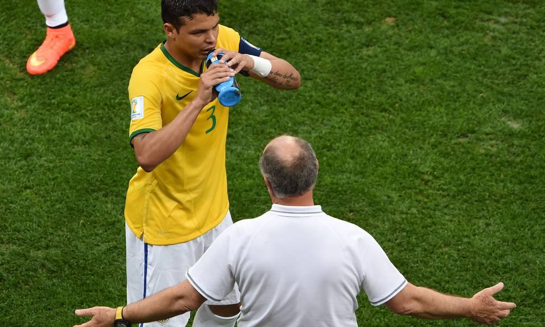 Felipão conversa com Thiago Silva ainda no primeiro tempo. Defesa brasileira sofreu com o ataque holandês. EVARISTO SA / AFP