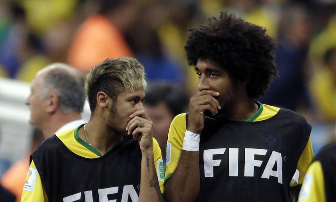Em todas as conversas entre si, brasileiros procuravam cobrir a boca para evitar qualquer tipo de leitura labial. Natacha Pisarenko / AP