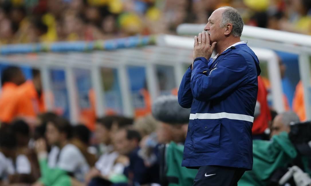 A apreeensão de Felipão na derrota para a Holanda Foto: Alexandre Cassiano / O Globo