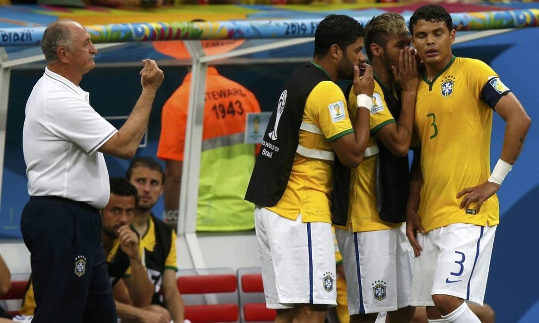 Neymar e Hulk conversam com Thiago Silva durante o primeiro tempo. UESLEI MARCELINO / REUTERS
