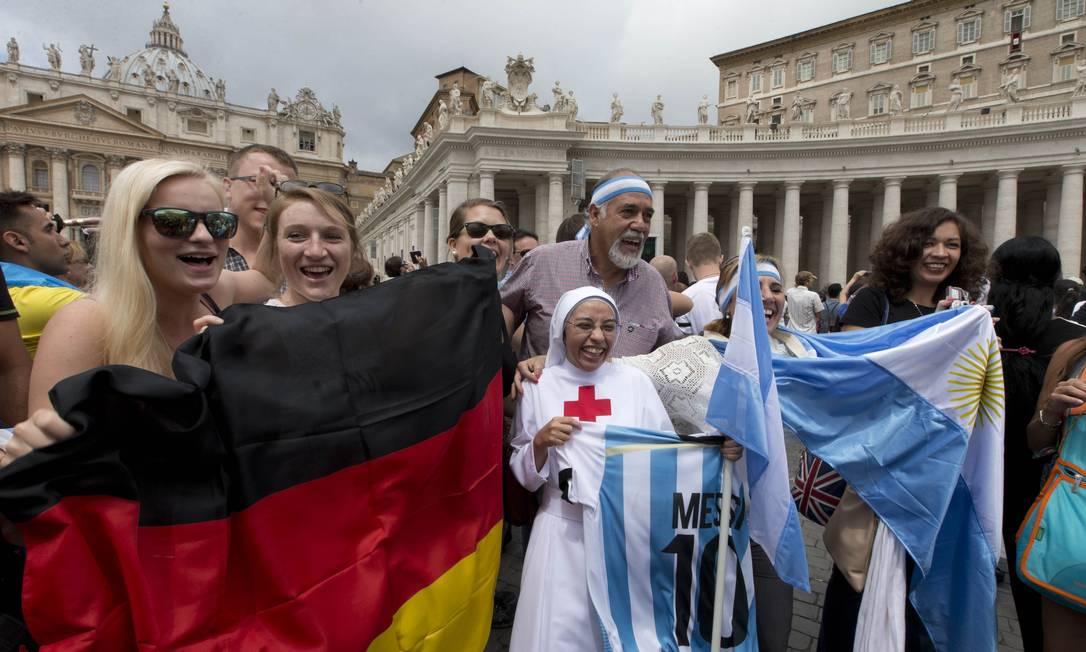 Torcedores de Alemanha e Argentina lado a lado na Praça de São Pedro: Papa prometeu 'neutralidade' para a final da Copa Foto: AP/Alessandra Tarantino