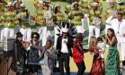Carlos Santana, Alexandre Pires, Carlinhos Brown, Wyclef Jean , Shakira (com o filho Milan Pique) e Ivete Sangalo na festa que encerra a Copa do Mundo no Maracanã Foto: DAVID GRAY / REUTERS