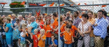 Torcedores recebem a seleção holandesa no aeroporto de Roterdã Foto: ROBIN VAN LONKHUIJSEN / AFP