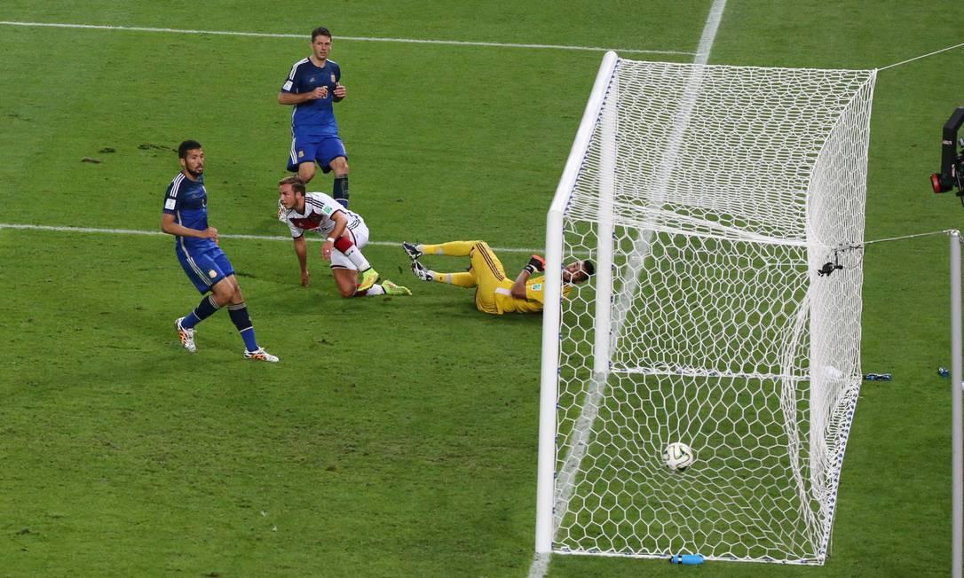 Gotze faz o gol da vitória da Alemanha na prorrogação da final contra a Argentina Foto: Marcelo Carnaval / Marcelo Carnaval