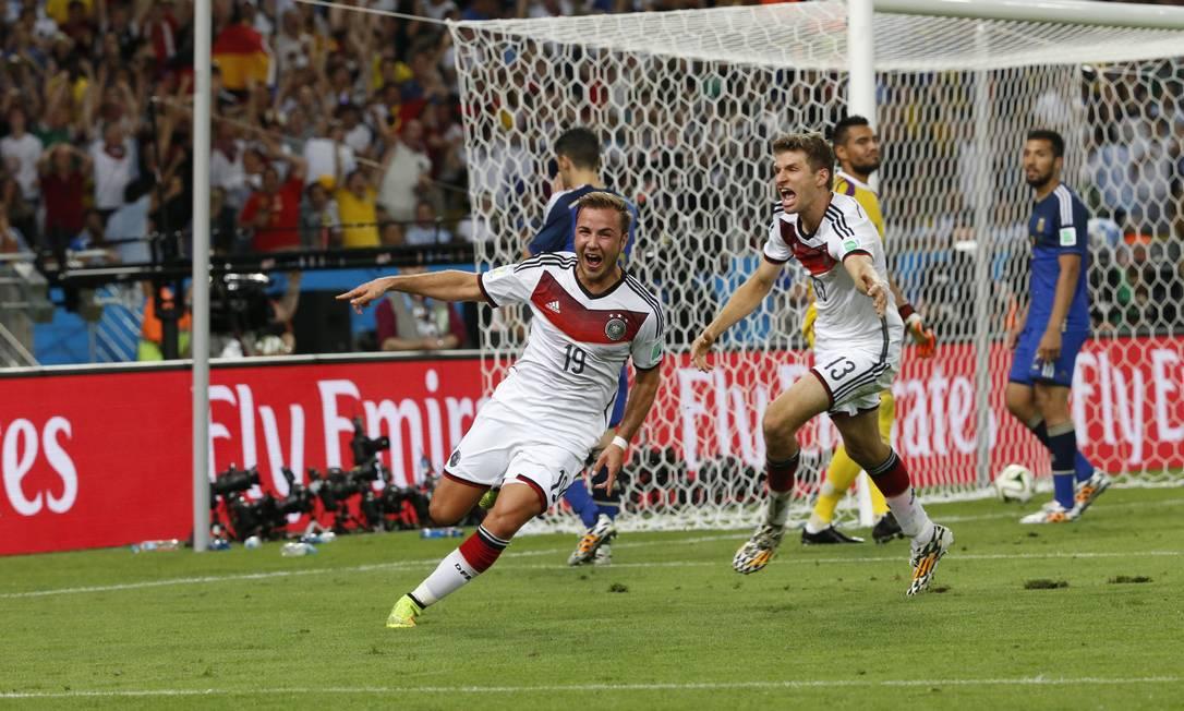 Götze (à frente) e Müller correm para comemorar o gol: a Alemanha é tetracampeã Foto: Ivo Gonzalez / Ivo Gonzalez