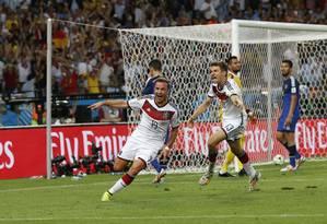 Götze (à frente) e Müller correm para comemorar o gol: a Alemanha é tetracampeã Foto: Ivo Gonzalez / Agência O Globo