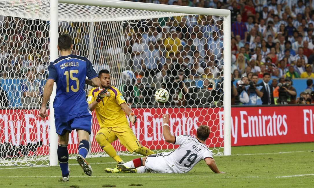 O alemão Gotze chuta para fazer um belo gol que deu a vitória para a Alemanha sobre a Argentina e a conquista da Copa do Mundo Foto: Ivo Gonzalez / Ivo Gonzalez