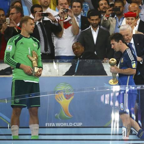 Neuer e Messi com seus respectivos prêmios Foto: KAI PFAFFENBACH / REUTERS