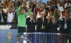 Manuel Neuer recebe a Luva de Ouro, prêmio dado ao melhor goleiro da Copa do Mundo Foto: KAI PFAFFENBACH / REUTERS