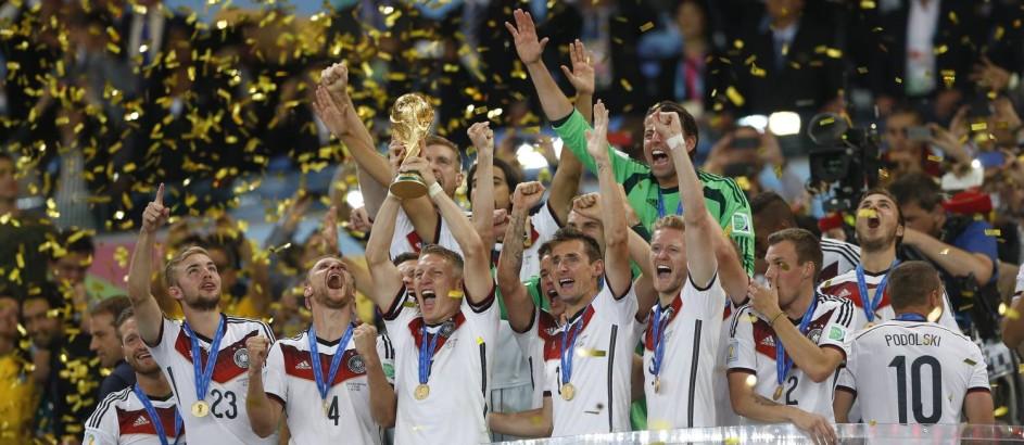 Jogadores da Alemanha erguem a taça e comemoram a conquista da Copa do Mundo com a vitória sobre a Argentina Foto: Guito Moreto / Guito Moreto