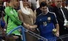 Vencedor da Luva de Ouro, goleiro alemão Manuel Neuer cumprimenta o argentino Messi, eleito como o melhor jogador do torneio Foto: DYLAN MARTINEZ / REUTERS