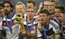 Philipp Lahm segura taça da Copa do Mundo ao lado dos companheiros de seleção Foto: DYLAN MARTINEZ / REUTERS