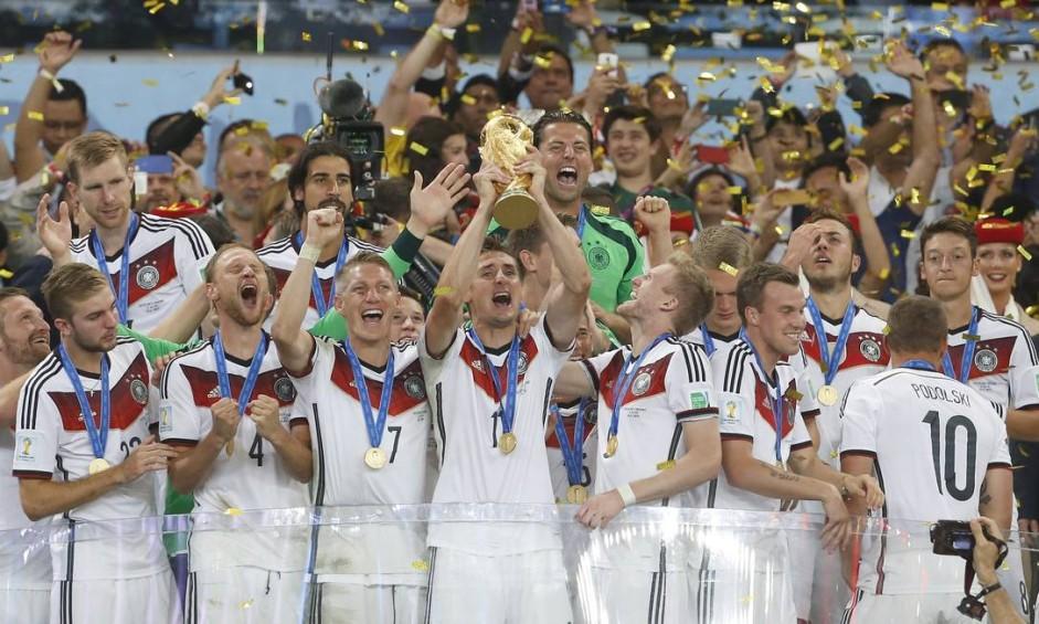 Jogadores da Alemanha enguem a taça e comemoram a conquista da Copa do Mundo no Maracanã Foto: Ivo Gonzalez / Agência O Globo