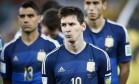 Messi com cara de poucos amigos à espera da premiação Foto: Guito Moreto / Agência O Globo
