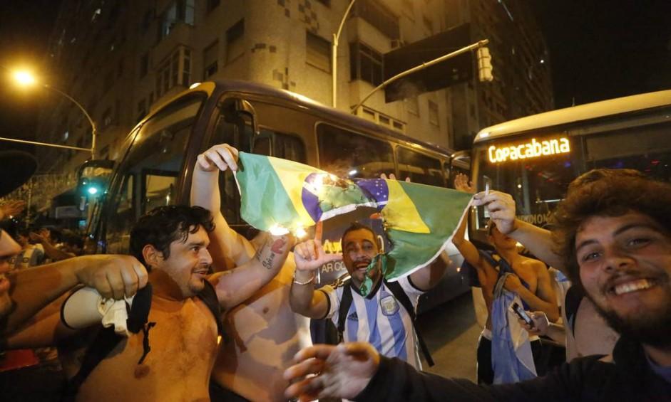 Após a vitória da Alemanha no Maracanã, um grupo de argentinos queimou a bandeira do Brasil em Copacabana Foto: Pablo Jacob / Agência O Globo