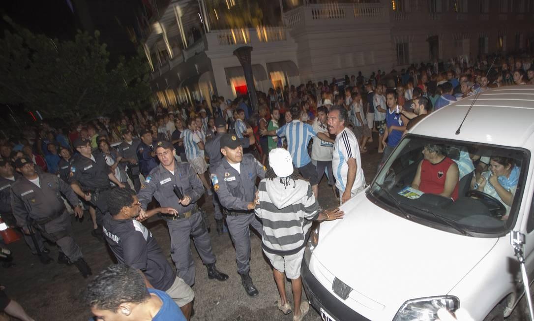 Tumulto na porta do Copacabana Palace, na Avenida Atlântica, após partida final da Copa Foto: Antonio Scorza / Agência O Globo