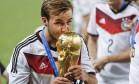 O alemão Götze beija a taça Foto: Guito Moreto / Agência O Globo