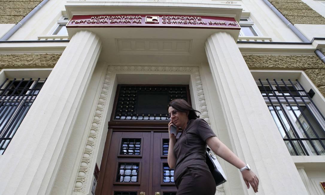 Mulher passa pela sede do Corporate Commercial Bank: falência Foto: / Stringer/Reuters