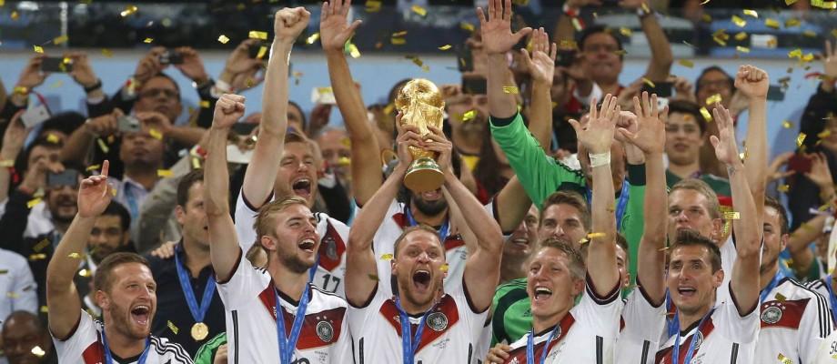 Jogadores alemães erguem a taça no Maracanã Foto: Ivo Gonzalez / Agência O Globo