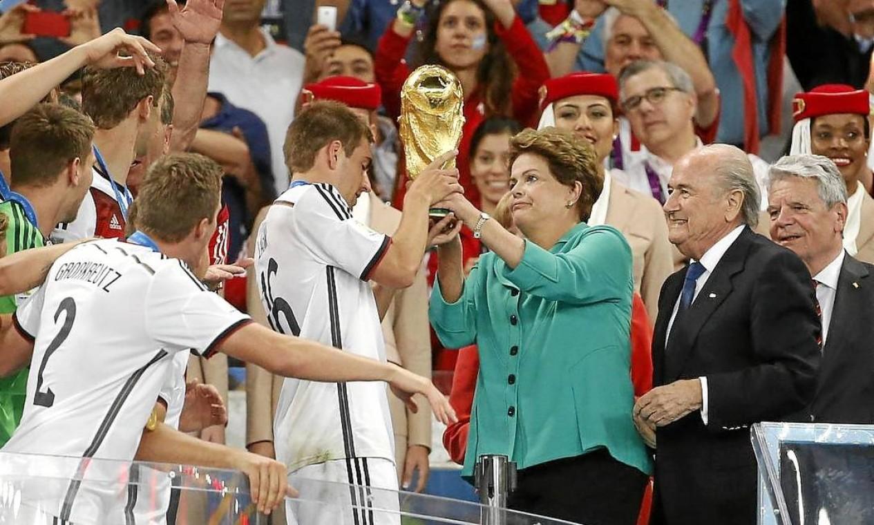 Dilma foi vaiada ao entregar a taça da Copa do Mundo à seleção alemã. Segundo assessores, ela não se abalou Foto: Ivo Gonzalez / Ivo Gonzalez