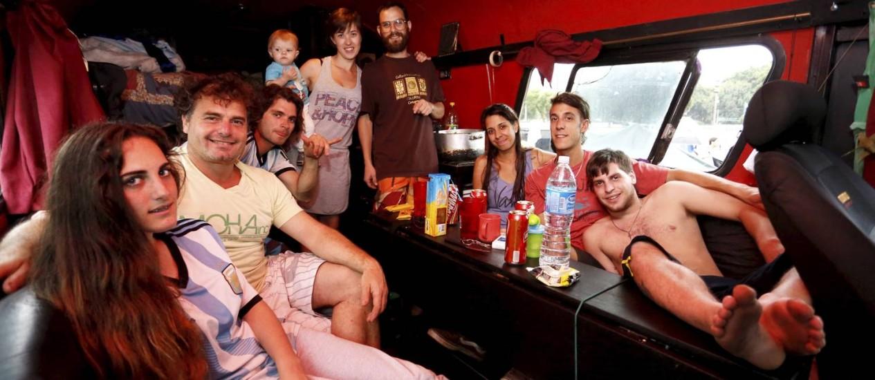 Os Postorivo no motorhome: família argentina se instalou no Terreirão e viu a final em Copacabana Foto: Fábio Rossi / Agência O Globo