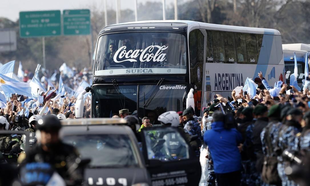 O ônibus da Argentina é cercado por torcedores na chegada a Buenos Aires Foto: Daniel Jayo / AP