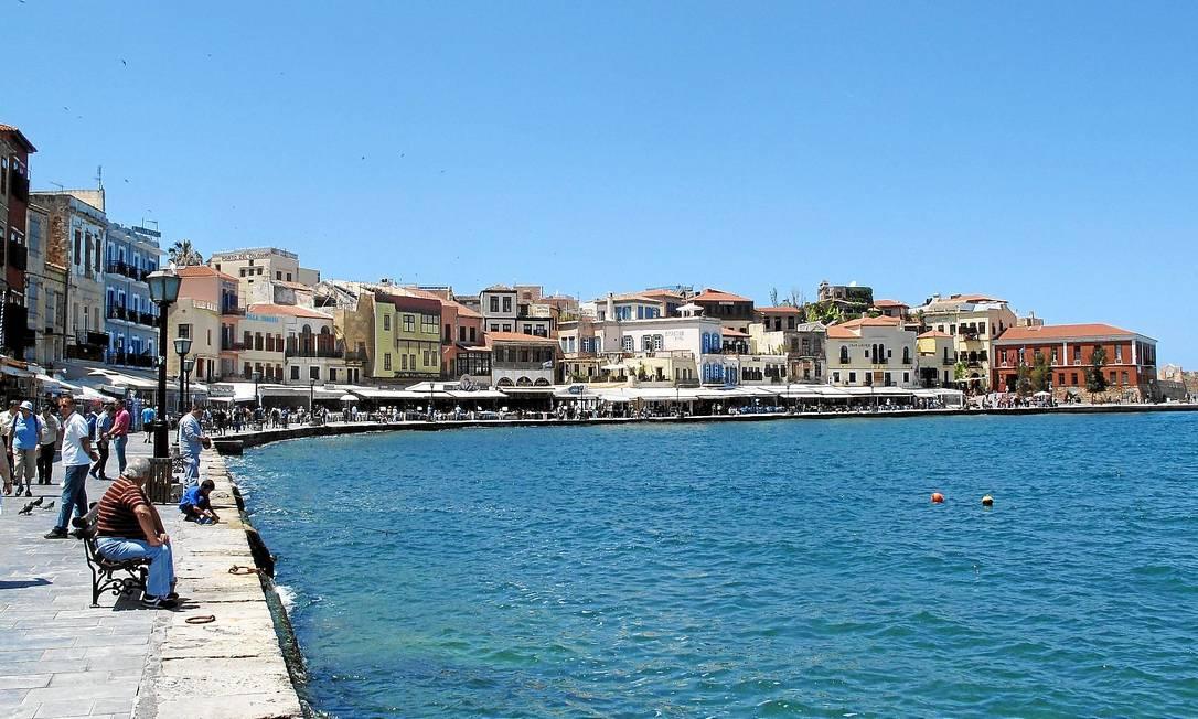 Calçadão à beira-mar em Chania, na ilha de Creta, na Grécia Foto: Vasilis Petridis
