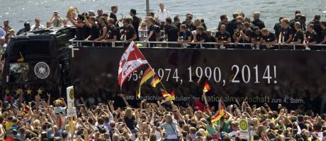 Seleção alemão é recebida em Berlim por mais de 500 mil tocedores, que festejaram a conquista do tetracampeonato pelas ruas da capital da Alemanha Foto: Steffi Loos/Reuters / REUTERS