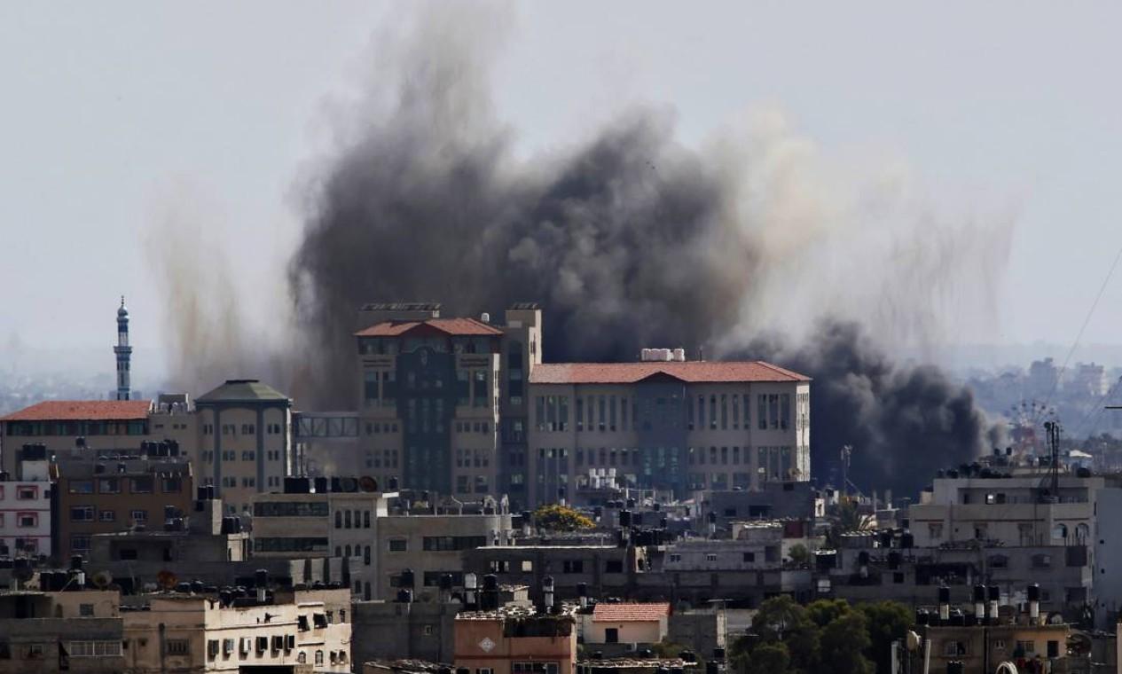 Fumaça sobe após um ataque com mísseis de Israel na Cidade de Gaza Foto: Adel Hana / AP
