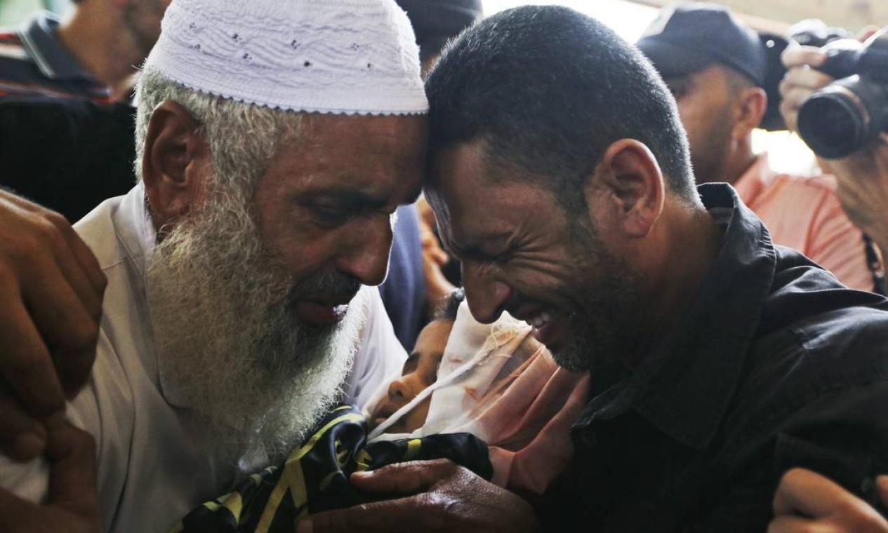 Parentes choram durante funeral de Sarah Omar el-Eid, de 4 anos, de seu pai, Omar, de 26 anos, e seu tio, Jihad, de 27 anos, mortos em ataques aéreos israelenses em Rafah, no sul da Faixa de Gaza Foto: Lefteris Pitarakis / AP