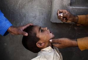Profissional de saúde vacina menino. Pesquisa fraudulenta associava vacina com autismo em crianças Foto: DIEGO IBARRA SANCHEZ / NYT