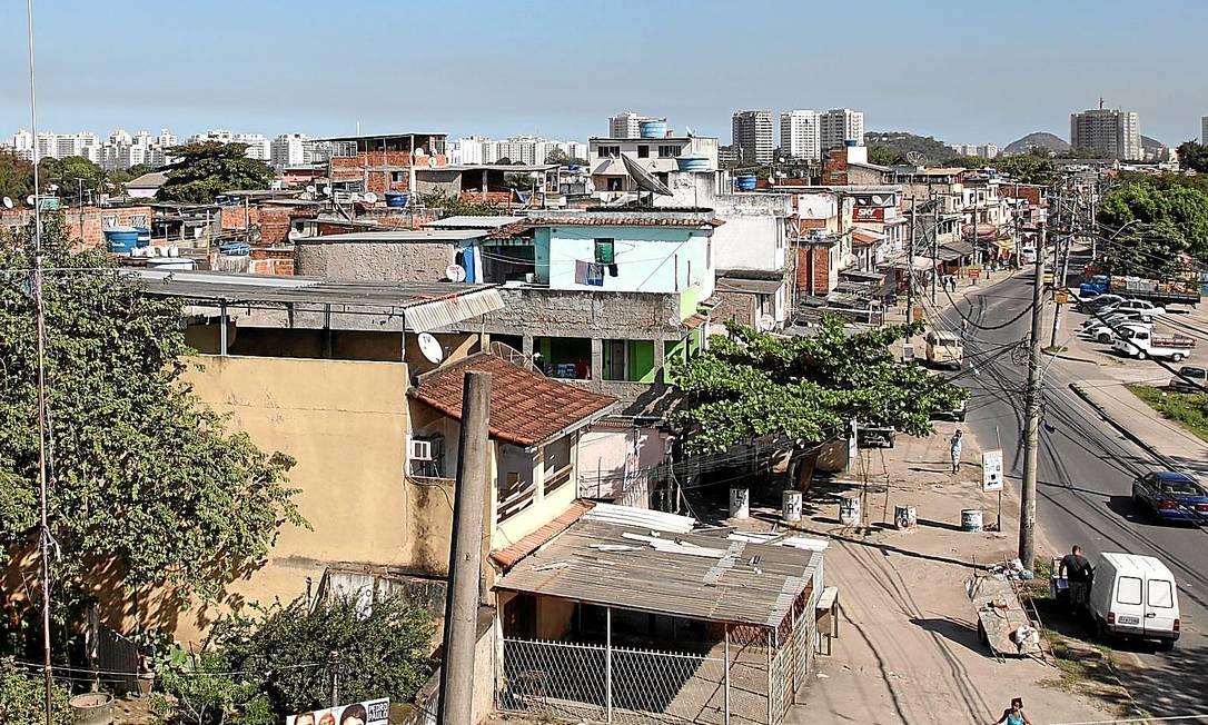 Vila União de Curicica, que surgiu de uma invasão em 1986: mais da metade dos imóveis construídos na favela será derrubada pela prefeitura, para que as obras do BRT Transolímpico possam avançar Foto: Fabio Rossi