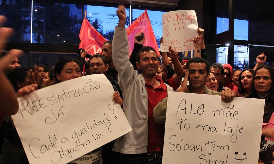 Manifestantes sem-teto invadem prédio da Anatel para reclamar contra o serviço das operadoras de telefonia em São Paulo Foto: Agência O Globo / Marcos Alves