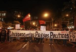 Protesto contra a prisão dos ativistas envolvidos em violência em manifestações Foto: Domingos Peixoto - 15/07/2014 / Agência O Globo