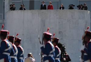 Dilma Rousseff e Xi Jinping na cerimônia oficial de chegada Foto: Jorge William / O Globo