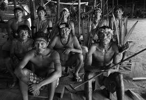 Retrato de Davi Kopenawa (ao centro) feito pelo fotógrafo Sebastião Salgado durante expedição ao território Ianomâmi em maio de 2014 Foto: Sebastião Salgado