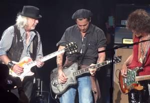 Johnny Depp entre Joe Perry (direita) e Brad Whitford: ator é guitarrista e fã de rock clássico Foto: Reprdoução / Fastlane Productions