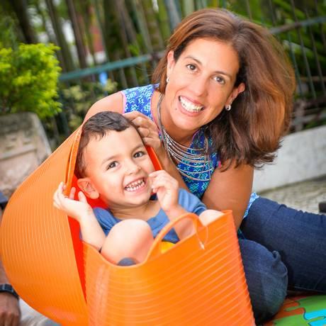 A economista Tatiana Alves e o filho Thomas, de 3 anos Foto: Luciana Alves