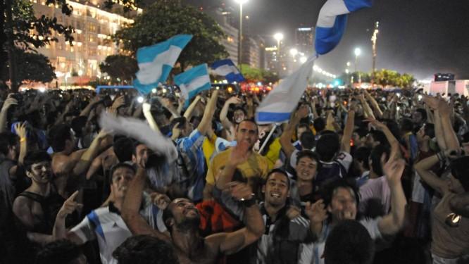 Invasão. A presença em grande número de argentinos foi um dos destaques da Copa, mas provocações de parte a parte causaram tumultos. Preocupação é que rixa saia do futebol e intolerância prejudique relação entre os dois países Foto: AFP/TASSO MARCELO